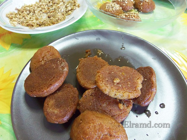 Обвалять печенье в орехах