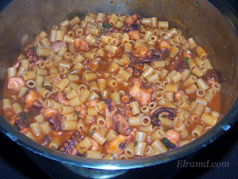 Осьминог с макаронами в томатном соусе