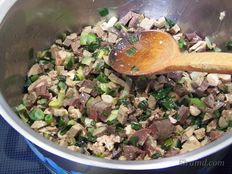 Обжарить лук и потущить его вместе с мясом