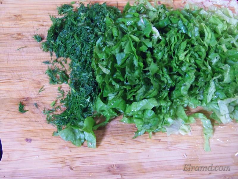 Салат и укроп мелко порезать