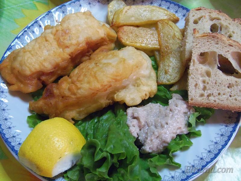 Чесночная паста скордалья подается к жареной рыбе