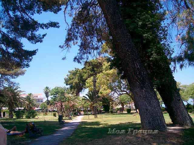 Парк рядом с центральным пляжем Ханиоти