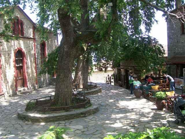 Площадь у церкви