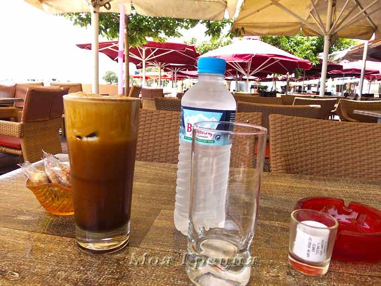 Так подают фраппе в греческих кафе: с водой и бонусом печеньки
