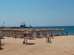 Пляж и вид на порт