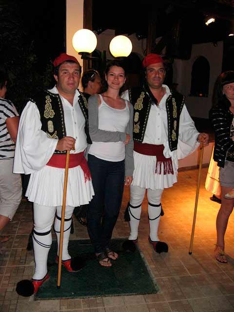 Греческие танцоры на музыкальном вечере