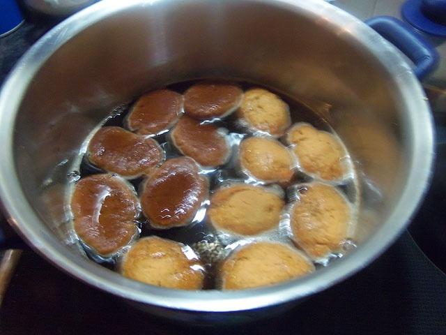 Пропитываем печенье медовым сиропом