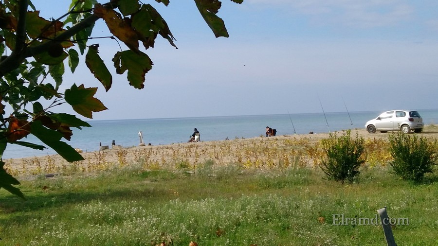 Рыбаки на пляже Флогиты осенью