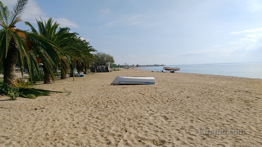 Одинокая лодка на пляже
