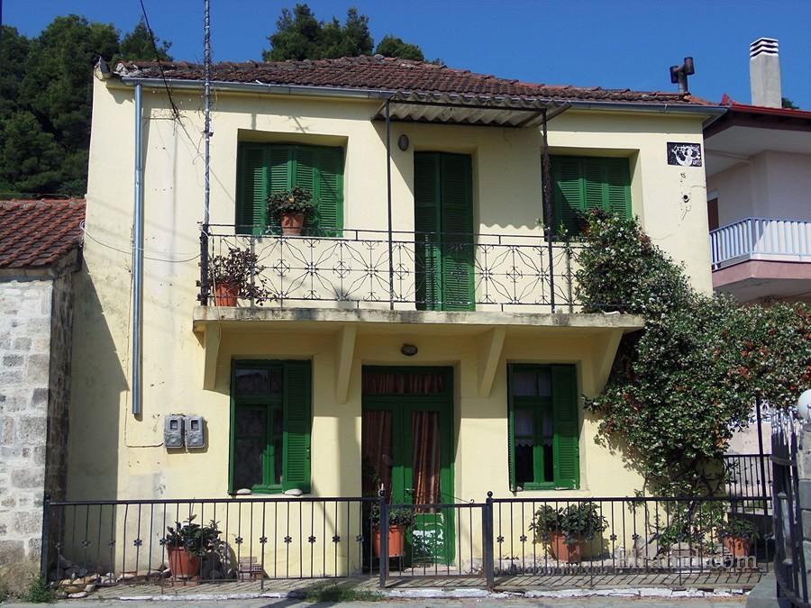 Веселый домик традиционной архитектуры