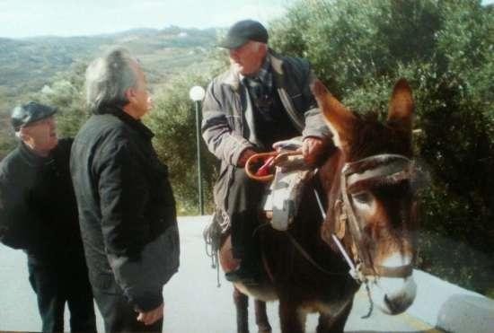 Критский пенсионер на своем ослике