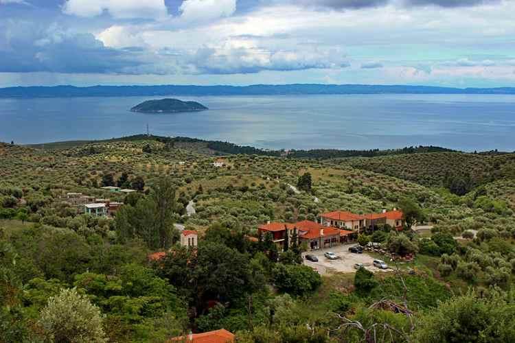 Халкидики, вдали - островок Келифос