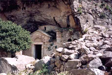 Часовня Св. Николая у входа в пещеру Давели.