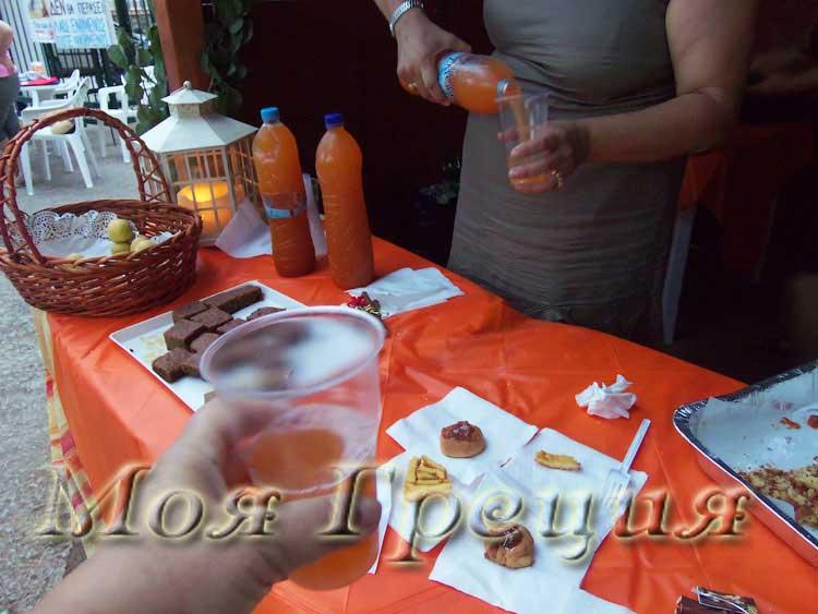 Угощают абрикосовым соком - рико