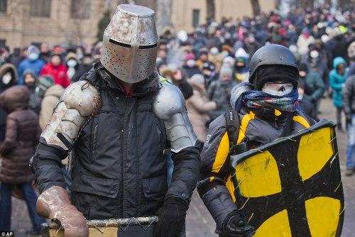 Евроукраинцы в нарядах тевтонских рыцарей