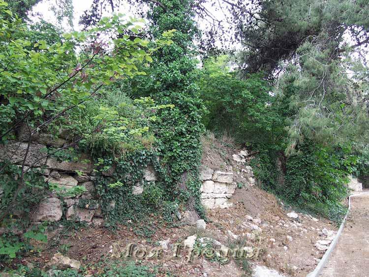 Остатки стен укрепляют склон