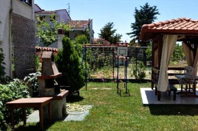 Беседка и барбекю в саду