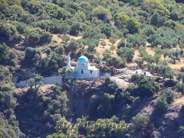 Храм или часовня на склоне горы
