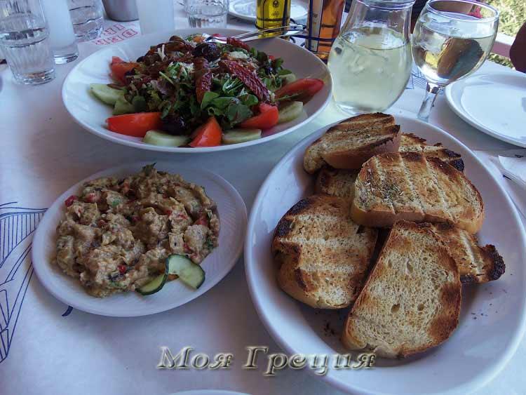 Фирменный салат из руколы, баклажанный салат, жаренный на гриле хлеб и ципуро с вином))