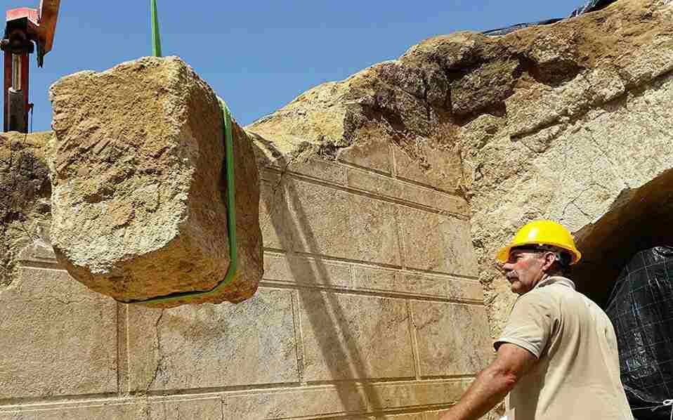 Работы по освобождению входа в гробницу, Амфиполь