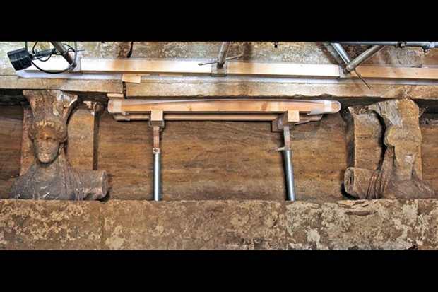 Кариатиды над входом во вторую камеру гробницы Амфиполя