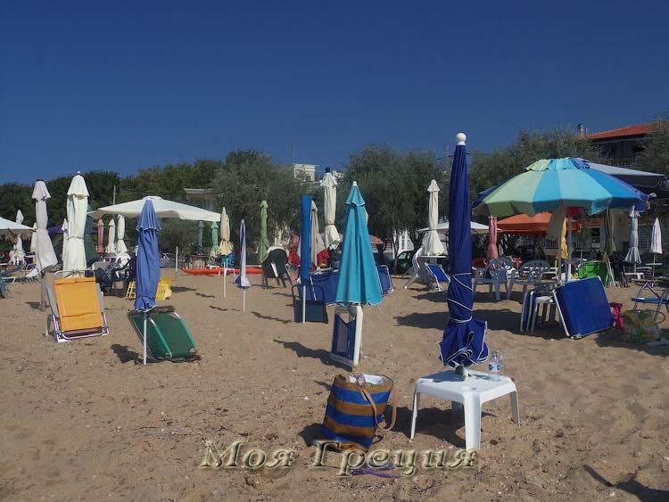 Пляжные зонтики ждут своих хозяев