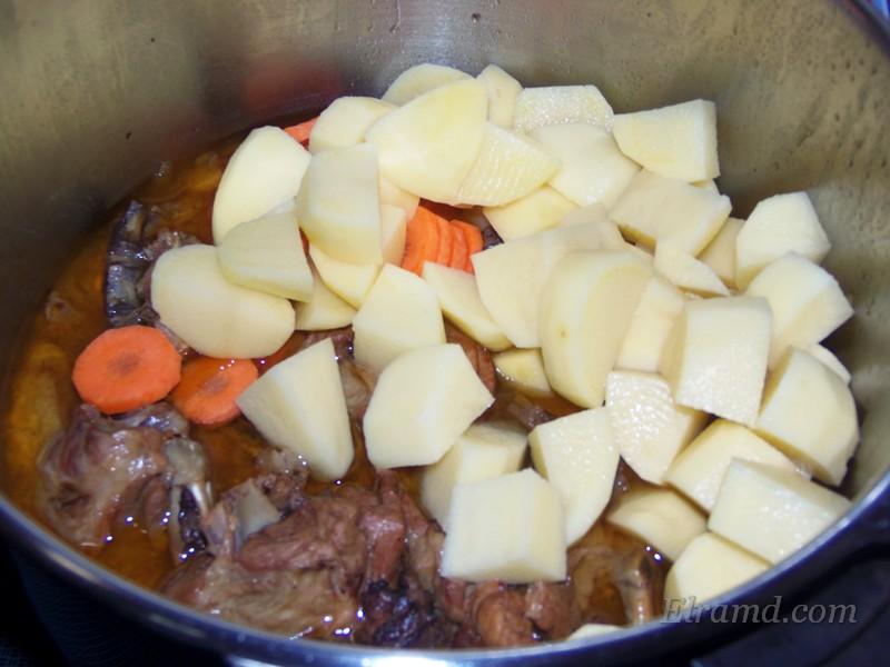 Добавить к мясу картофель и морковь