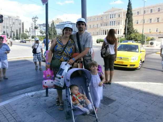Вся семья гуляет по Афинам!