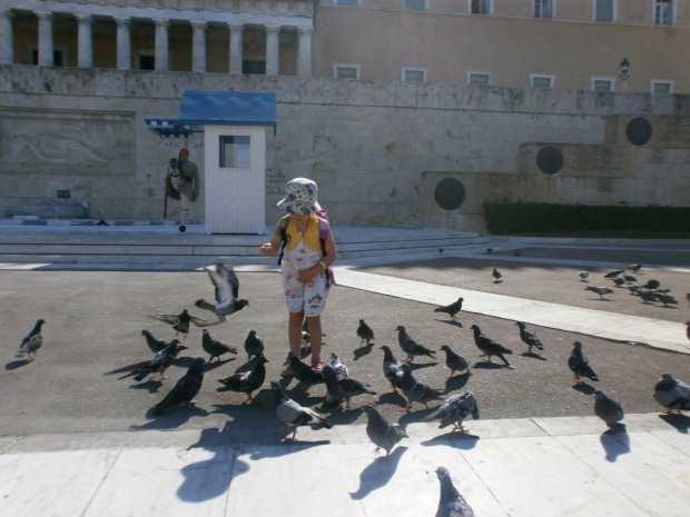 Соня кормит голубей на площади Синтагма