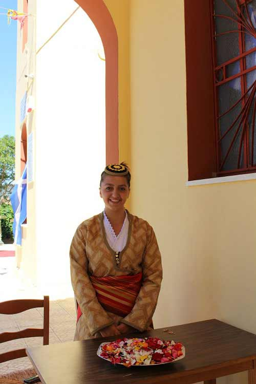 Девочка с лепестками роз у входа в храм