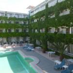 Внутренний дворик и бассейн в отеле