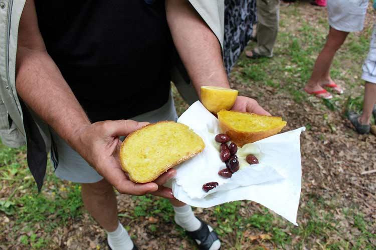 Хлеб с оливковым маслом, оливками и лимоном