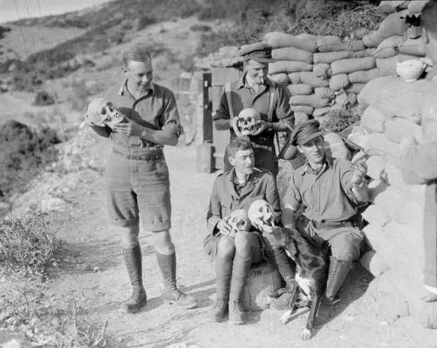 Английские солдаты позируют с древними черепами