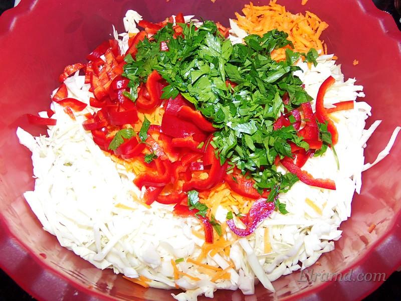 Порезать овощи для салата из капусты
