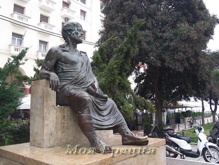 Памятник Аристотелю - надо потереть палец и поумнеть