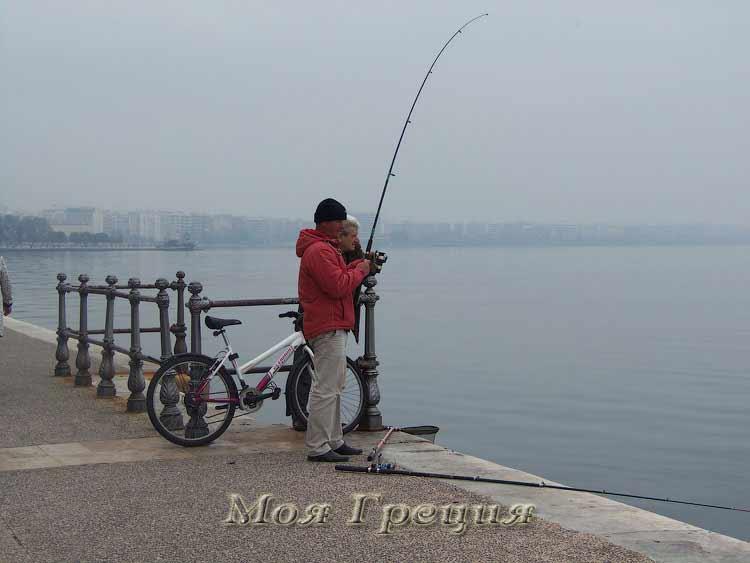 Салоники в ноябре - рыбаки на набережной