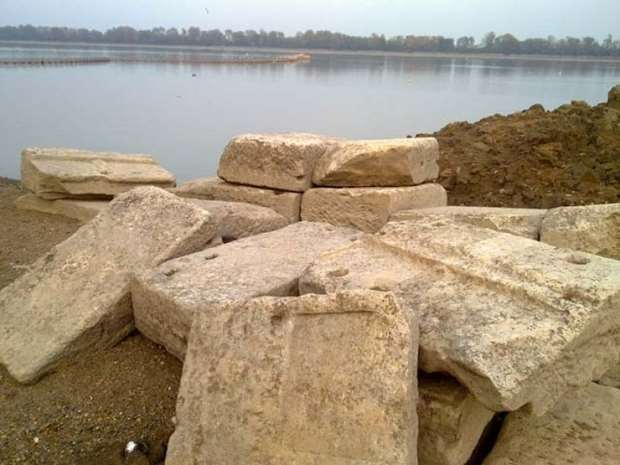 Амфиполь: мраморные фрагменты стен