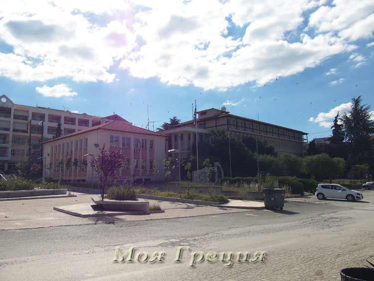 Административные здания в центре Полигироса