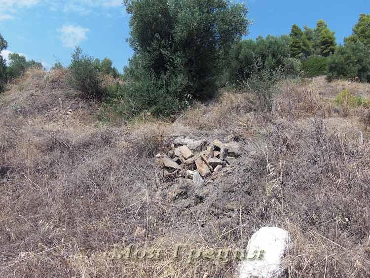 Остатки старых раскопок на северном мысу