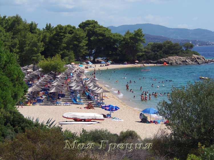 Вид на организованный пляж Лагомандра с северного мыса