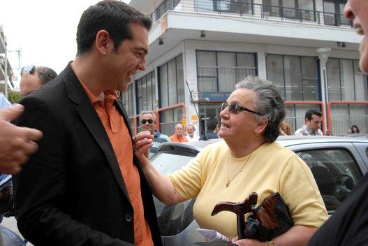 Алексис Ципрас общается с избирательницей