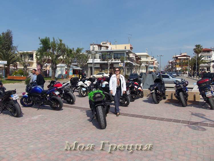 Хозяева мотоциклов пили кофе в соседнем кафе