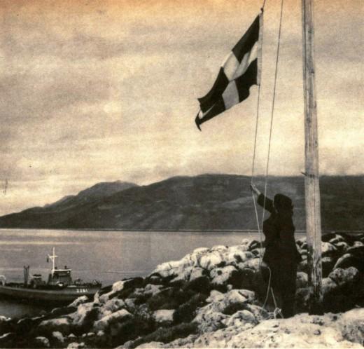 Хозяйка Ро поднимает флаг над островом