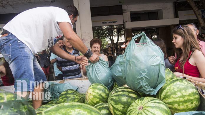 Положение в Греции: крестьяне раздают арбузы в Салониках