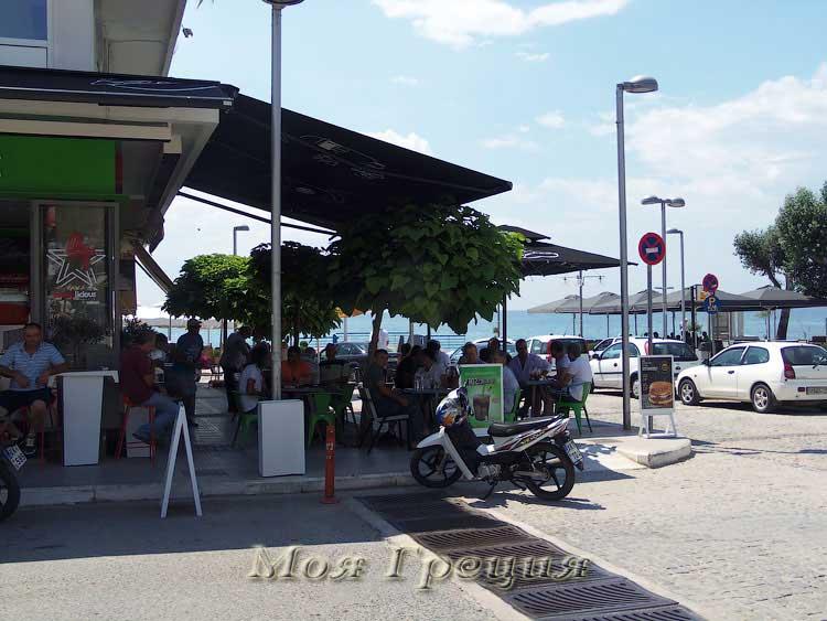 Магазинчик фастфуда у площади в Неа Муданья