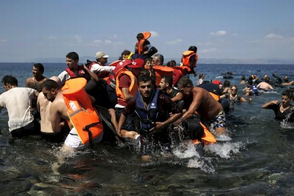 Спасенные беженцы у берегов Греции