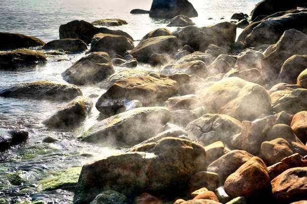 Горячие источники у моря в местечке Левкада, Икария