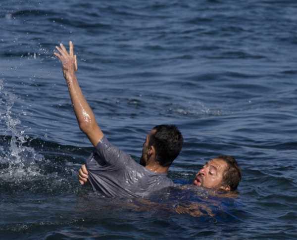 Грек спасает афганского беженца