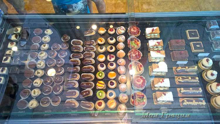 Сладости в пекарне в Полихроно