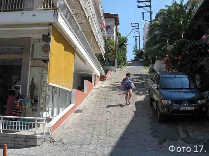 городская улочка, уходящая вверх от набережной